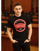 Чорна футболка з червоним корпусом
